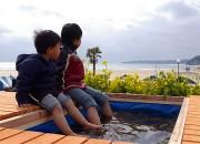 海を見ながら足湯